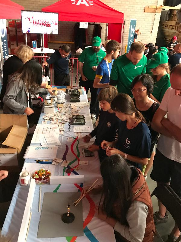 The Hong Kong Dragon Boat Festival, title sponsored by the Hong Kong Economic and Trade Office in Brussels, was held in Antwerp, Belgium on September 14 (Antwerp time). Photo shows visitors participating in a quiz about Hong Kong at the Hong Kong booth.