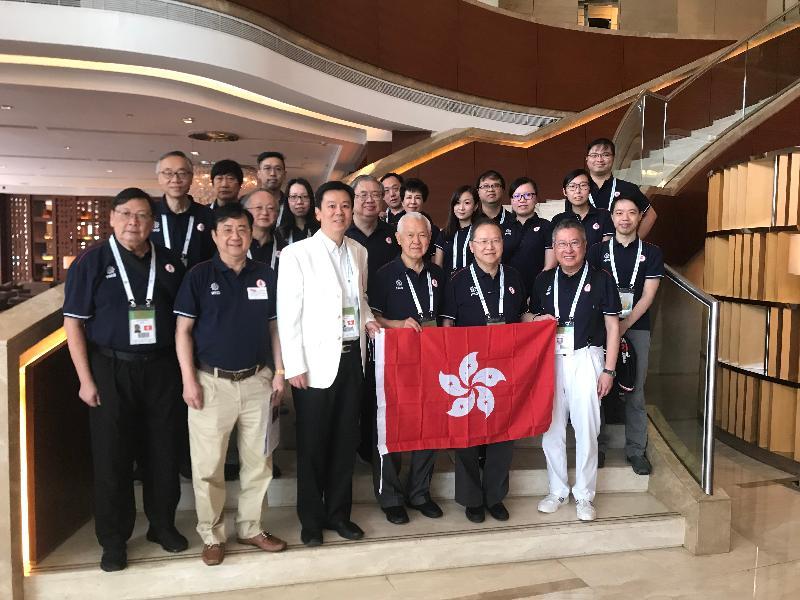 香港特別行政區政府駐武漢經濟貿易辦事處主任馮浩賢(前排左三)於九月十四日在武漢與出戰第44屆世界橋牌團體錦標賽的中國香港橋牌代表隊男、女子隊及盛年隊合照。