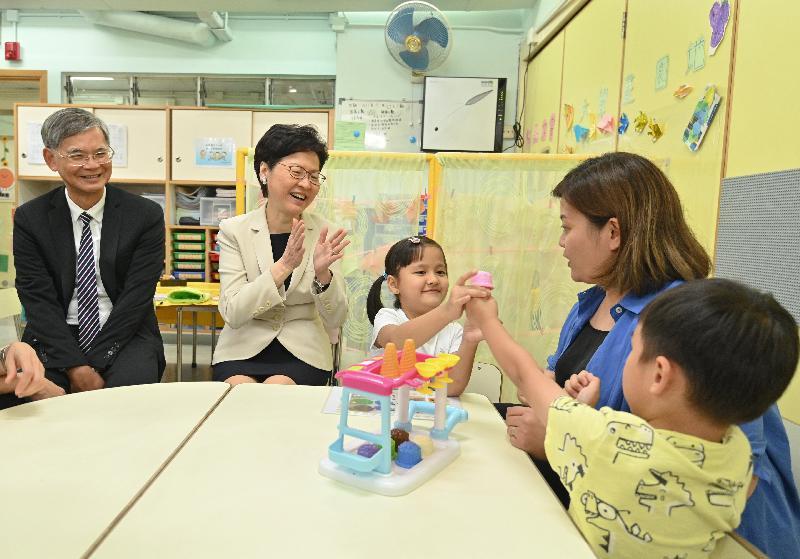 行政長官林鄭月娥今日(九月十七日)下午到銅鑼灣探訪一間有提供學前康復服務的幼兒園。圖示林鄭月娥(左二)及勞工及福利局局長羅致光博士(左一)視察學童上課的情況。