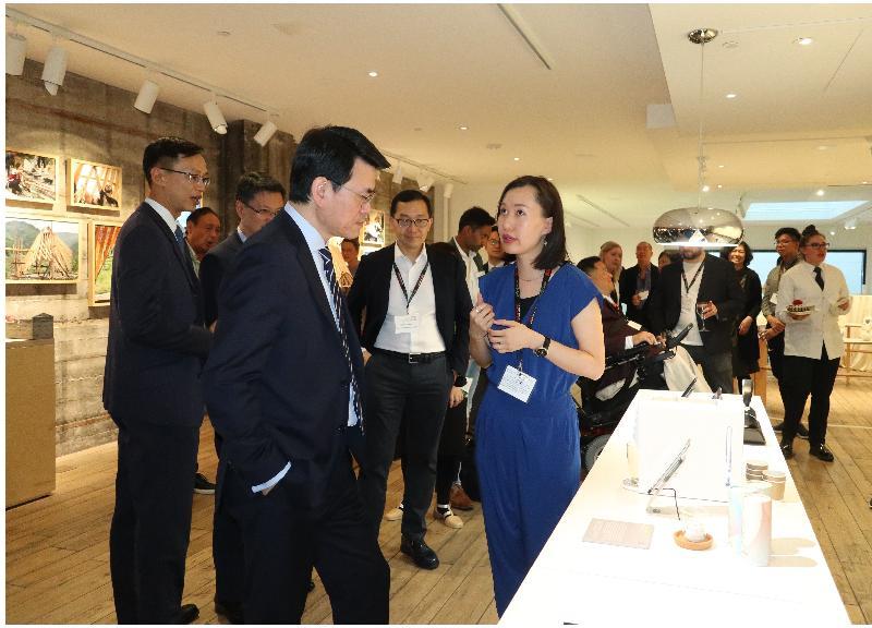 商務及經濟發展局局長邱騰華(左)今日(美國西岸時間九月十七日)在美國三藩市參觀「Co-creating Hong Kong: a design+ exhibition」展覽,聽取香港設計師介紹其作品。
