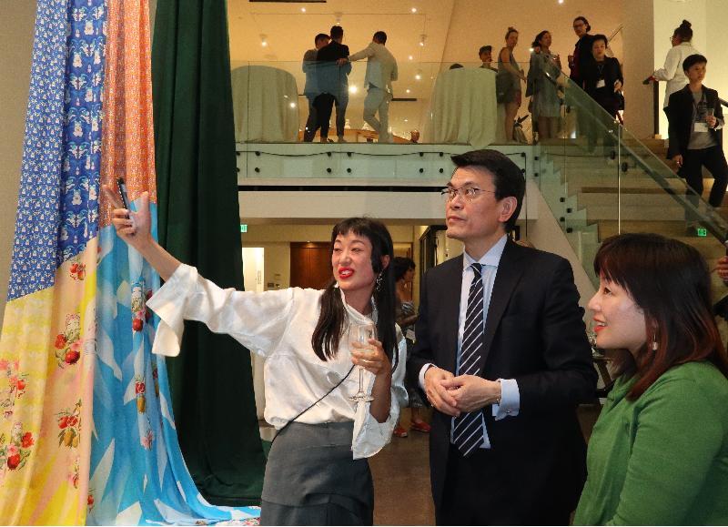 商务及经济发展局局长邱腾华(中)今日(美国西岸时间九月十七日)在美国三藩市参观「Co-creating Hong Kong: a design+ exhibition」展览,听取香港设计师介绍其作品。