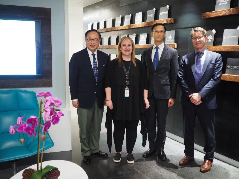 創新及科技局局長楊偉雄(左一)於九月十七日(美國西岸時間)參觀三藩市的強生創新JLABS,與負責創新採購策略的主管Erika Kula(左二)會面。旁為香港駐三藩市經濟貿易辦事處處長蔣志豪(右二)和香港科技園公司高級總監(生物醫藥群組)高為元教授(右一)。