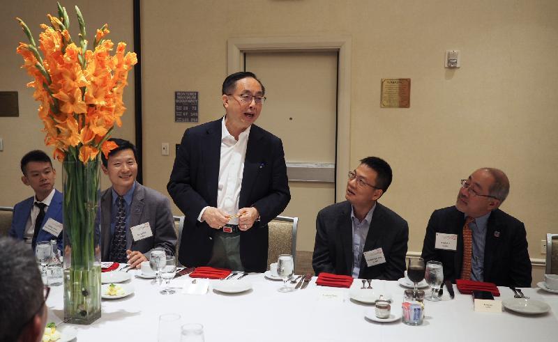 創新及科技局局長楊偉雄(中)於九月十七日(美國西岸時間)在三藩市晚宴上與華美半導體協會翹楚會面。