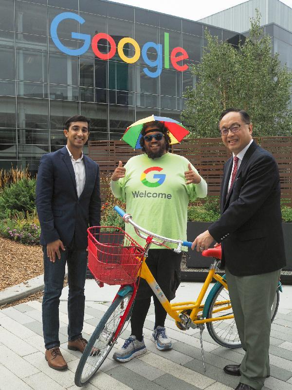 創新及科技局局長楊偉雄(右)今日(美國西岸時間九月十八日)早上在三藩市參觀Google園區。