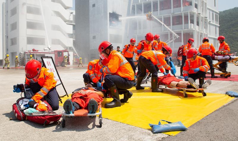 立法會議員劉業強今日(九月十九日)在消防及救護學院舉行的消防處第187屆結業會操檢閱學員。圖示結業學員示範模擬撲滅火警及救傷工作。