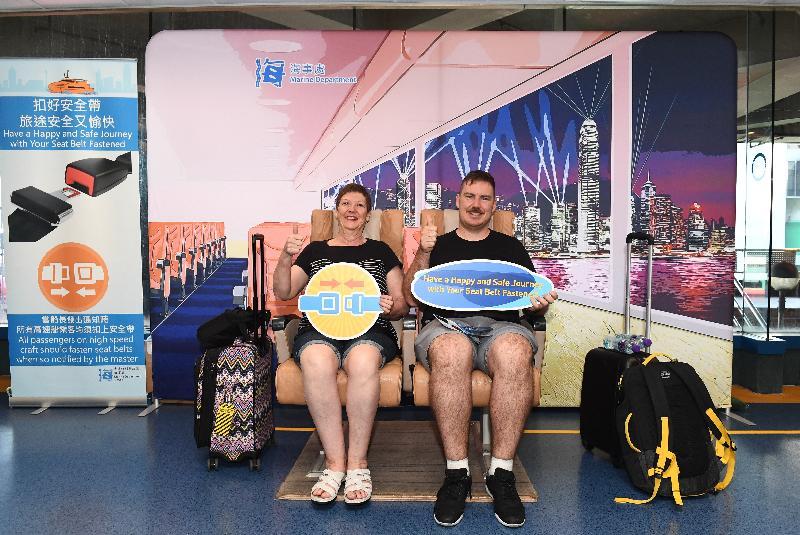 海事處今日(九月二十日)在上環港澳碼頭的候船室放置香港景色的大型展板及真實船艙座椅。圖示乘客在船艙座椅上扣上安全帶,並模擬在高速船上欣賞香港景色。