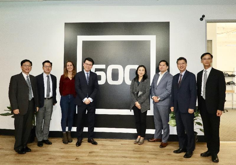 商務及經濟發展局局長邱騰華今日(美國西岸時間九月十九日)在美國三藩市參觀創業投資基金公司500 Startups。圖示邱騰華(左四)與該公司的代表合照。