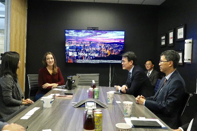 商務及經濟發展局局長邱騰華(右二)今日(美國西岸時間九月十九日)在美國三藩市參觀創業投資基金公司500 Startups,聽取公司代表介紹他們為世界各地初創企業提供的加速器計劃。