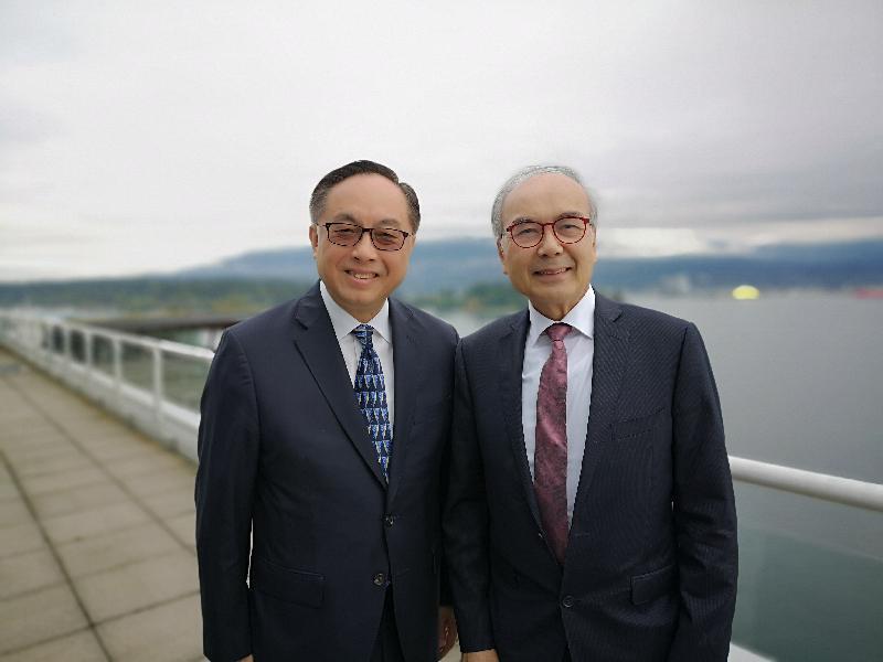 創新及科技局局長楊偉雄(左)今日(溫哥華時間九月十九日)在溫哥華與卑詩省貿易省務廳長周烱華(右)會面。