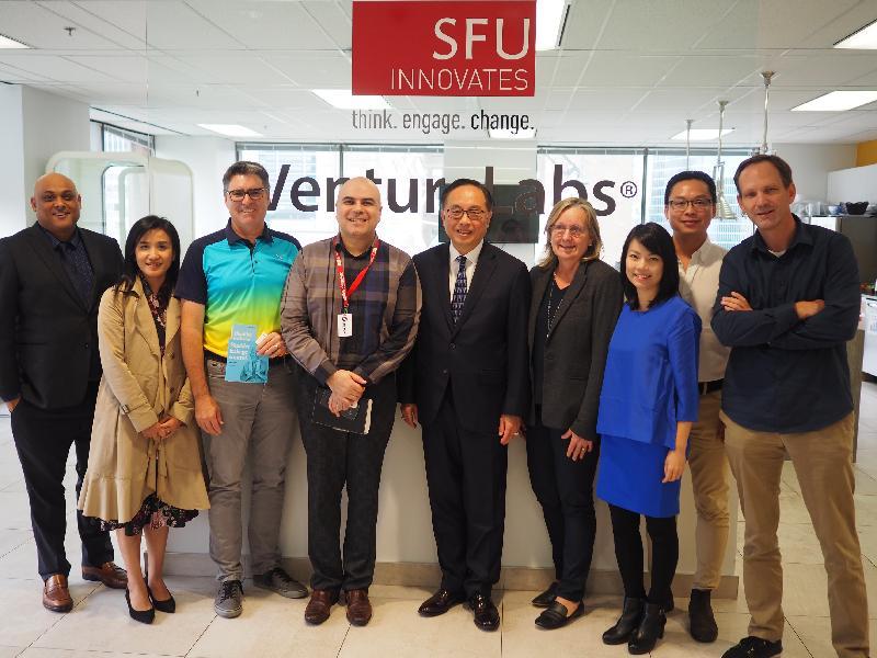 創新及科技局局長楊偉雄(中)今日(溫哥華時間九月十九日)在香港駐多倫多經濟貿易辦事處處長巫菀菁(左二)陪同下,參觀西門菲沙大學的創業加速器VentureLabs。