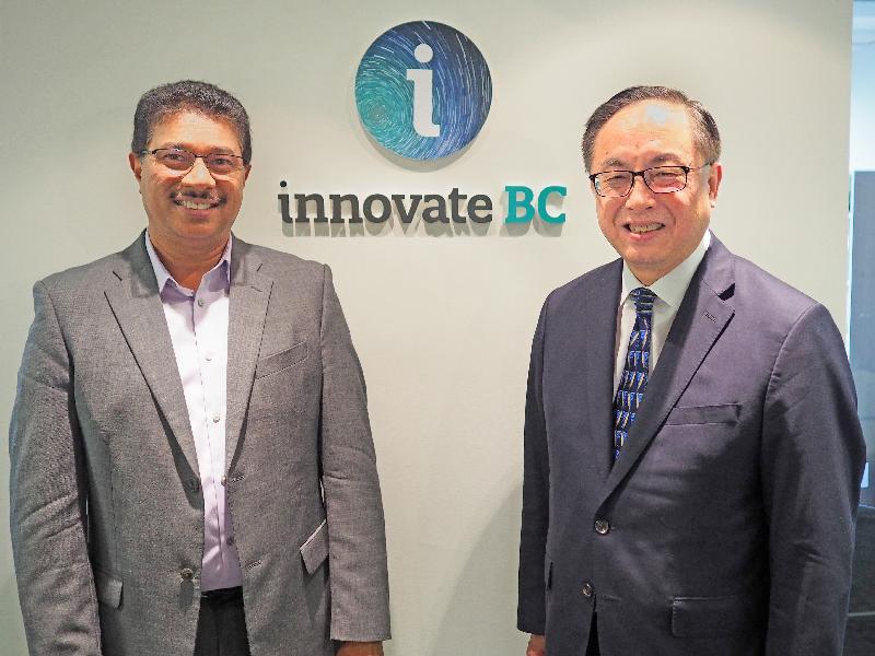 創新及科技局局長楊偉雄(右)今日(溫哥華時間九月十九日)與創新卑詩主席兼行政總裁Raghwa Gopal(左)會面,了解其推動卑詩省創新生態系統發展的工作。