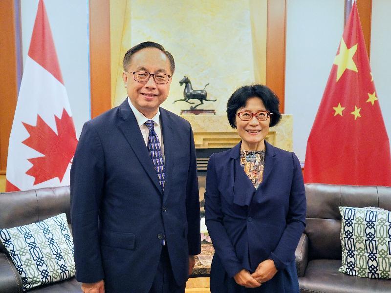 創新及科技局局長楊偉雄(左)今日(溫哥華時間九月十九日)在溫哥華拜會中國駐溫哥華總領事佟曉玲(右)。