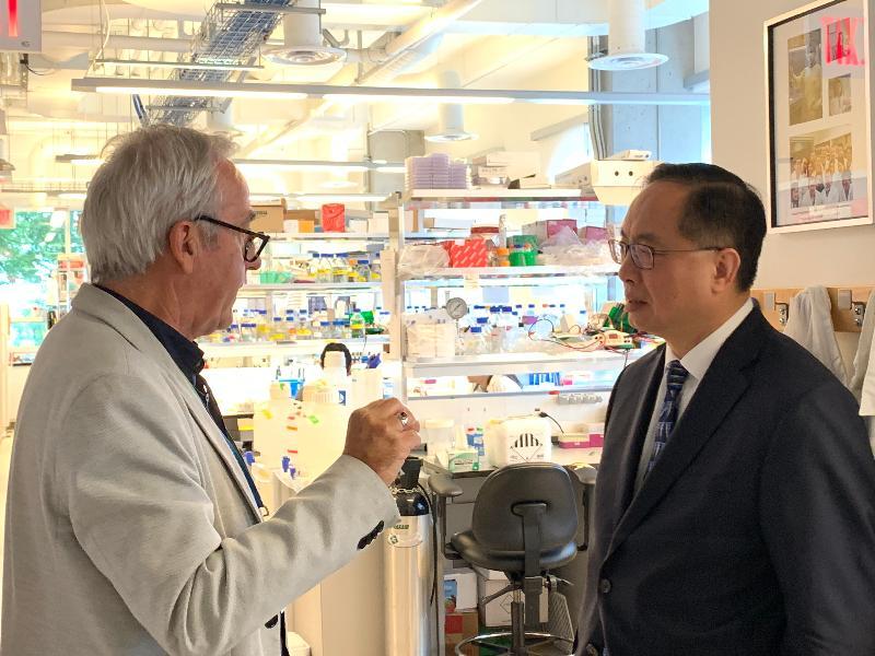 創新及科技局局長楊偉雄(右)今日(溫哥華時間九月十九日)到訪溫哥華前列腺中心,聽取中心主管Dr Graeme Boniface(左)介紹前列腺癌的硏究計劃。