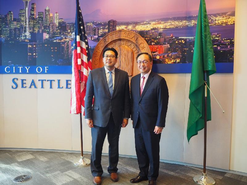 創新及科技局局長楊偉雄(右)九月十六日(美國西岸時間)下午在西雅圖與西雅圖副市長方威武會面。