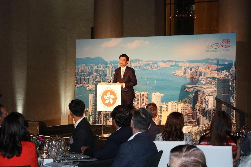 商務及經濟發展局局長邱騰華九月十八日(美國西岸時間)在美國三藩市出席香港駐三藩市經濟貿易辦事處舉辦的晚宴,向出席晚宴的二百名當地人士致辭。
