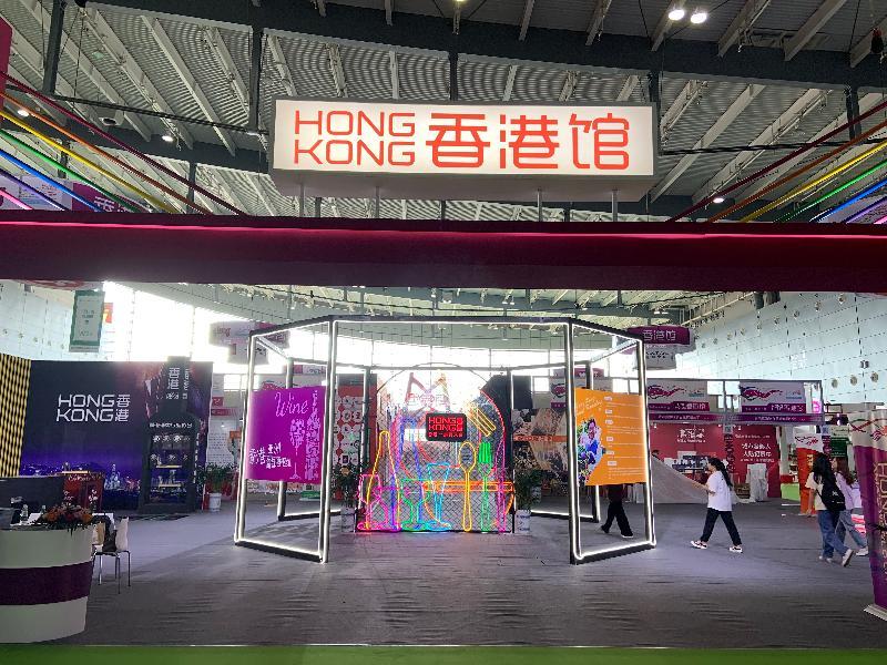 2019中國國際食品餐飲博覽會在湖南省長沙市舉行。圖示市民今日(九月二十日)參觀香港館。