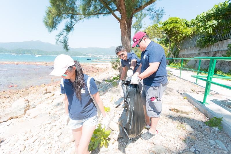 漁   農   自   然   護   理   署   與   香   港   潛   水   總   會   今   日   (   九   月   二   十   一   日   )   於   西   貢   橋   咀   洲   第   六   年   舉   辦   海   岸   清   潔   日   。   圖   示   義   工   清   理   海   灘   垃   圾   。