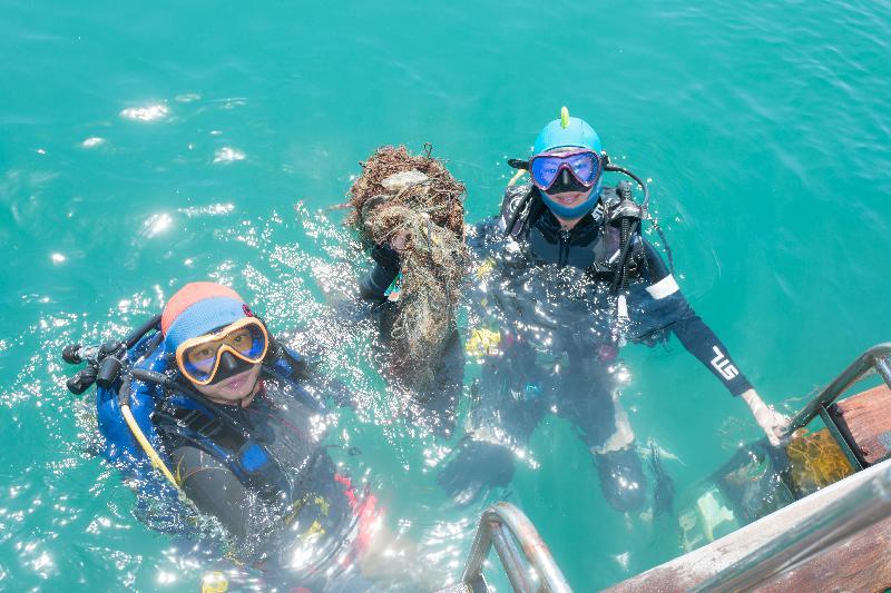 漁   農   自   然   護   理   署   與   香   港   潛   水   總   會   今   日   (   九   月   二   十   一   日   )   於   西   貢   橋   咀   洲   第   六   年   舉   辦   海   岸   清   潔   日   。   圖   示   義   務   潛   水   員   把   從   海   床   收   集   的   垃   圾   帶   回   岸   上   處   理   。
