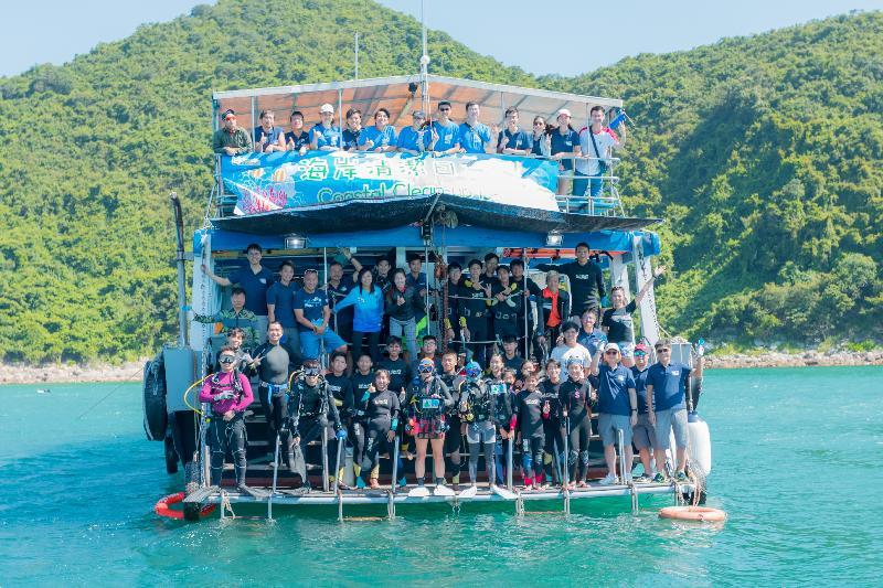 漁   農   自   然   護   理   署   與   香   港   潛   水   總   會   第   六   年   舉   辦   海   岸   清   潔   日   ,   帶   領   56名   義   工   今   日   (   九   月   二   十   一   日   )   到   西   貢   橋   咀   洲   ,   清   理   棄   置   於   附   近   海   床   的   漁   具   及   海   灘   垃   圾   。