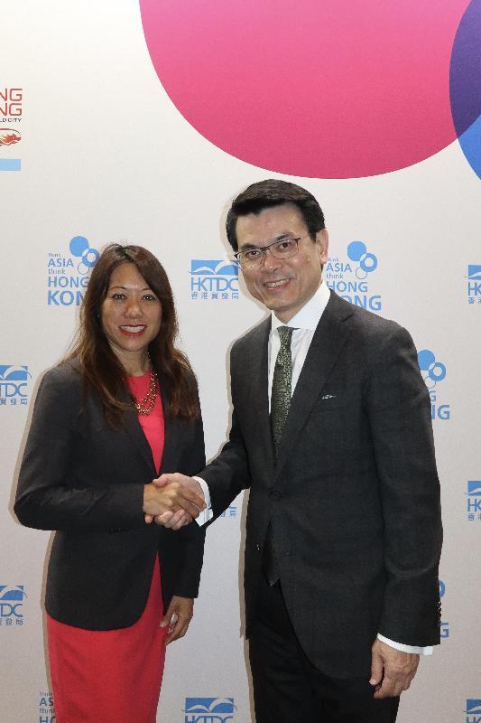 商務及經濟發展局局長邱騰華(右)今日(美國西岸時間九月二十日)在美國洛杉磯出席由香港貿易發展局舉辦的「邁向亞洲 首選香港」論壇期間,與加州財務長馬世雲(左)會面。