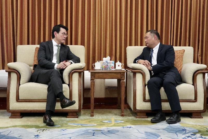商务及经济发展局局长邱腾华(左)今日(美国西岸时间九月二十日)在美国洛杉矶礼节性拜访中国驻洛杉矶总领事张平(右)。