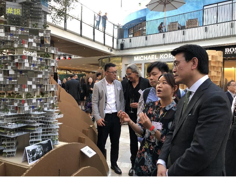 商务及经济发展局局长邱腾华今日(美国西岸时间九月二十日)在美国洛杉矶主持香港建筑师学会举办的「岛与半岛」建筑展览开幕礼。图示邱腾华(右一)在展览场地参观。