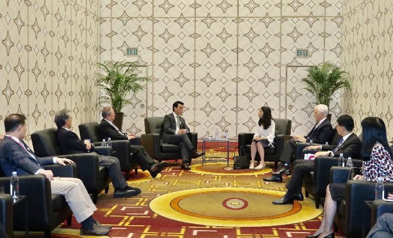 商務及經濟發展局局長邱騰華(左四)今日(美國西岸時間九月二十日)在美國洛杉磯出席由香港貿易發展局舉辦的「邁向亞洲 首選香港」論壇期間,與洛杉磯市國際事務副市長Nina Hachigian(右四)會面。