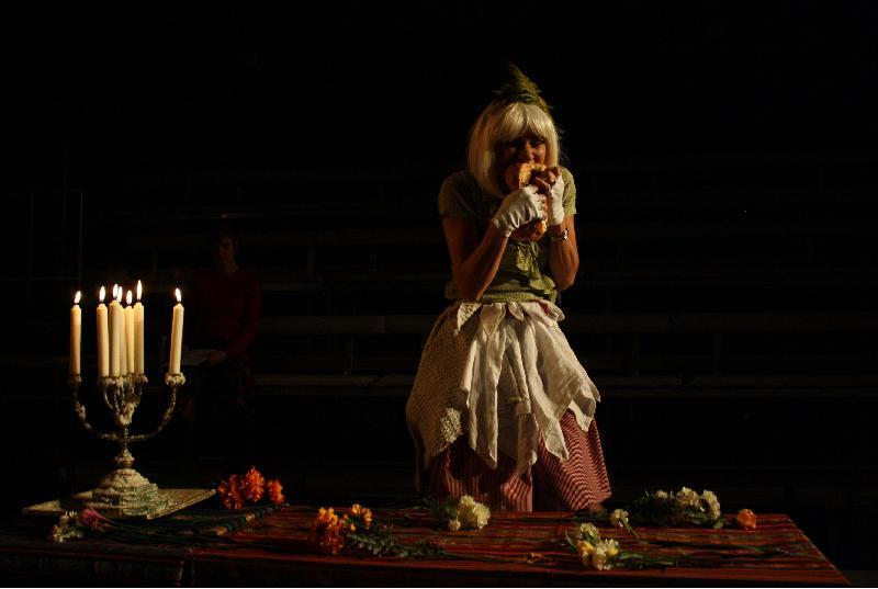 丹麥歐丁劇場演出的《慢性人生》是「世界文化藝術節2019——北歐五國」節目之一。劇團經常多語演出,在歐亞美洲多國巡演《慢性人生》時,均不設字幕。