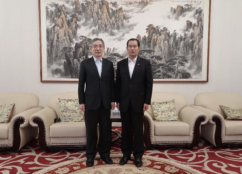 The Secretary for Financial Services and the Treasury, Mr James Lau, started his visit to Stockholm, Sweden yesterday (September 23, Stockholm time). Photo shows Mr Lau (left) meeting with the Chinese Ambassador to Sweden, Mr Gui Congyou (right).
