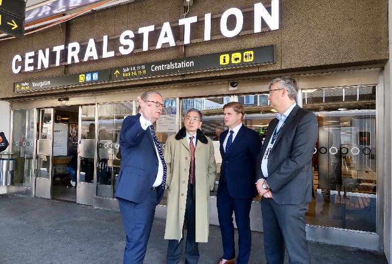 財經事務及庫務局局長劉怡翔昨日(斯德哥爾摩時間九月二十三日)展開瑞典斯德哥爾摩的訪問行程。圖示劉怡翔(左二)參觀香港鐵路有限公司在瑞典全資擁有的附屬公司MTR Nordic AB,了解公司在當地以至北歐其他國家發展和營運鐵路交通服務的最新情況。