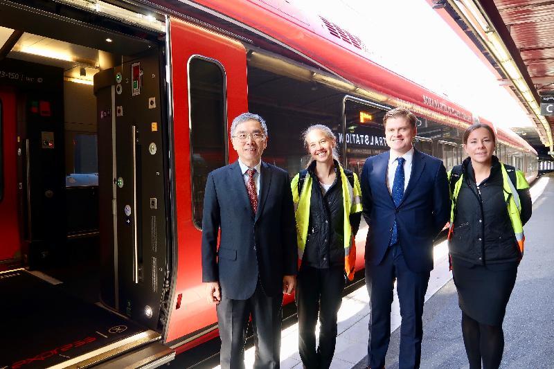 財經事務及庫務局局長劉怡翔昨日(斯德哥爾摩時間九月二十三日)展開瑞典斯德哥爾摩的訪問行程。他(左一)在參觀香港鐵路有限公司在瑞典全資擁有的附屬公司MTR Nordic AB時,了解員工的工作。