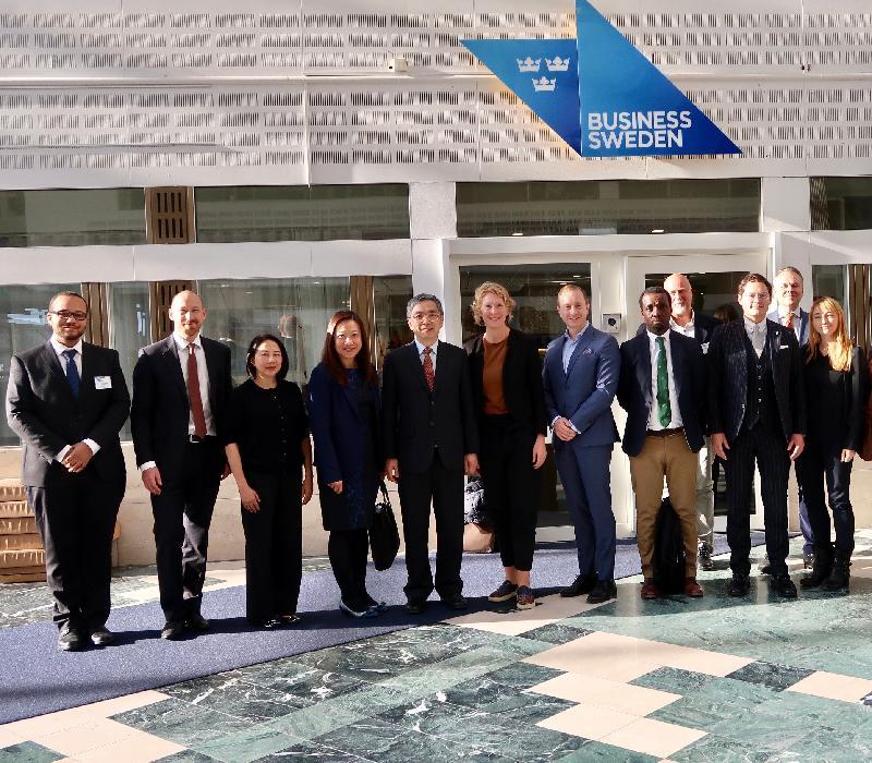 財經事務及庫務局局長劉怡翔昨日(斯德哥爾摩時間九月二十三日)展開瑞典斯德哥爾摩的訪問行程。劉怡翔(左五)與Business Sweden及數間有興趣開拓香港市場的金融科技公司的代表會面。