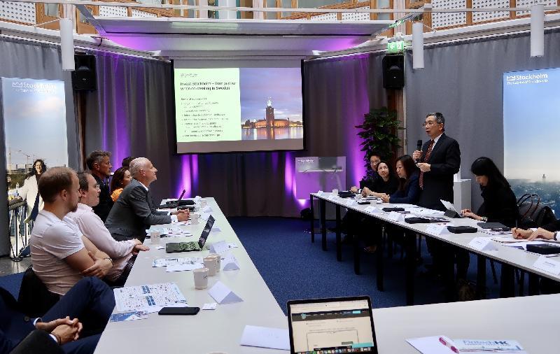 財經事務及庫務局局長劉怡翔昨日(斯德哥爾摩時間九月二十三日)展開瑞典斯德哥爾摩的訪問行程。圖示劉怡翔(右二)與Findec及其成員企業的代表就兩地金融科技應用的發展,進行交流。