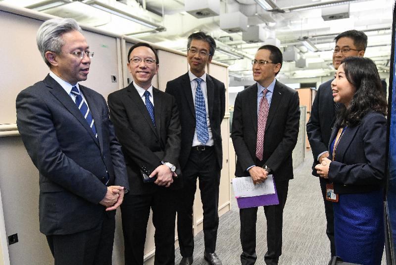 公務員事務局局長羅智光今日(九月二十四日)到訪政府資訊科技總監辦公室。圖示羅智光(左一)聽取同事介紹他們的工作。旁為政府資訊科技總監林偉喬(左二)。