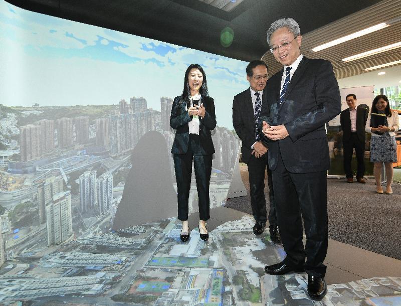 公務員事務局局長羅智光今日(九月二十四日)到訪政府資訊科技總監辦公室。圖示羅智光(左三)參觀在智慧政府創新實驗室展示的技術項目「沉浸式四維CAVE系統」。該系統結合融合實境平台、建築資訊模型及三維地圖,可模擬及展示智慧城市的各種試驗技術。