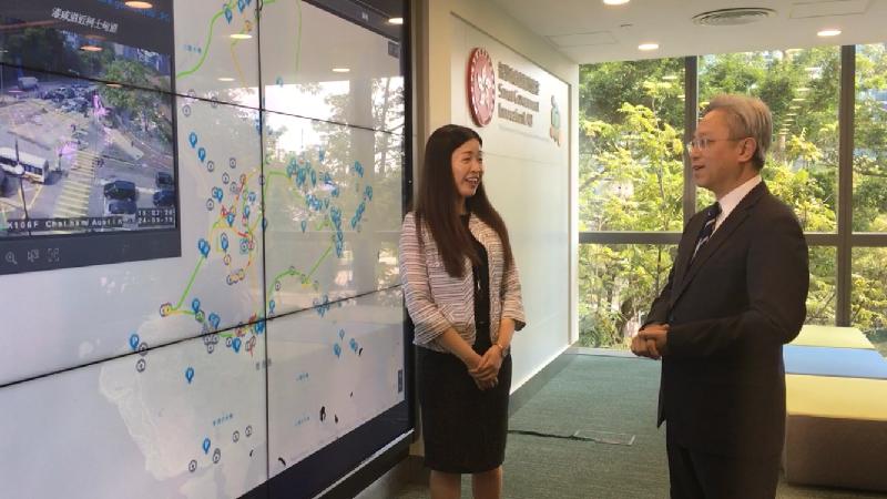 公務員事務局局長羅智光今日(九月二十四日)到訪政府資訊科技總監辦公室。圖示羅智光(右)正了解在智慧政府創新實驗室展示的技術項目「城市儀表板」。「城市儀表板」以互動圖表和地理資訊地圖顯示「資料一線通」(data.gov.hk)上與民生相關的開放數據,方便公眾閱覽。