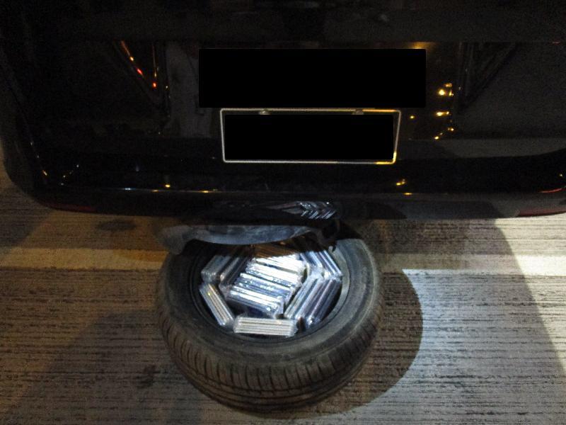 香港海關今日(九月二十四日)在港珠澳大橋香港口岸檢獲三百二十八部懷疑走私智能電話,估計市值約一百萬元。圖示收藏在後備輪胎內的懷疑走私智能電話。