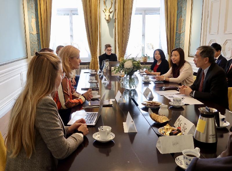 財經事務及庫務局局長劉怡翔昨日(斯德哥爾摩時間九月二十四日)繼續在瑞典斯德哥爾摩的訪問行程。他(右一)與瑞典金融協會及其成員公司的主要人員會面,討論兩地的金融科技發展趨勢。