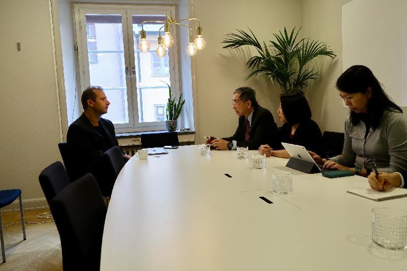 財經事務及庫務局局長劉怡翔昨日(斯德哥爾摩時間九月二十四日)繼續在瑞典斯德哥爾摩的訪問行程。圖示劉怡翔(右三)到訪眾籌平台FundedByMe,了解該公司如何支援初創公司和中小企業籌集資金。