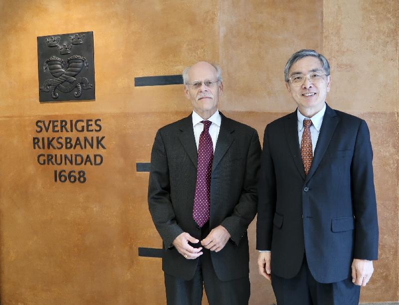 財經事務及庫務局局長劉怡翔昨日(斯德哥爾摩時間九月二十四日)繼續在瑞典斯德哥爾摩的訪問行程。他(右)與瑞典中央銀行行長斯特凡.英韋斯(左)會面,雙方談及香港最新的情況。