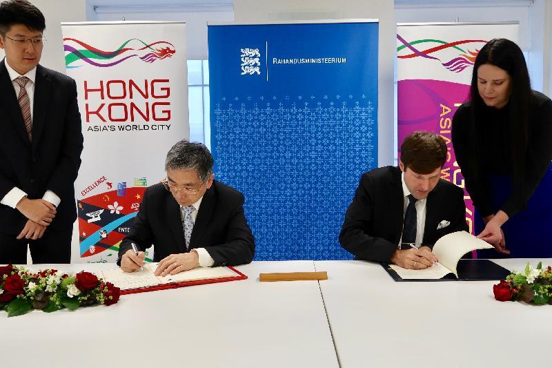 財經事務及庫務局局長劉怡翔(左二)昨日(塔林時間九月二十五日)在愛沙尼亞塔林與愛沙尼亞財政部部長Martin Helme(右二)簽署全面性避免雙重課稅協定。