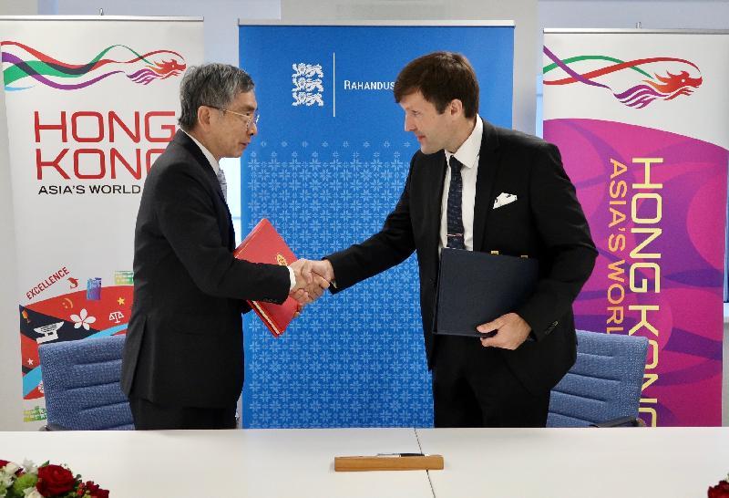 財經事務及庫務局局長劉怡翔(左)和愛沙尼亞財政部部長Martin Helme(右)昨日(塔林時間九月二十五日)在愛沙尼亞塔林簽署全面性避免雙重課稅協定後交換文件。
