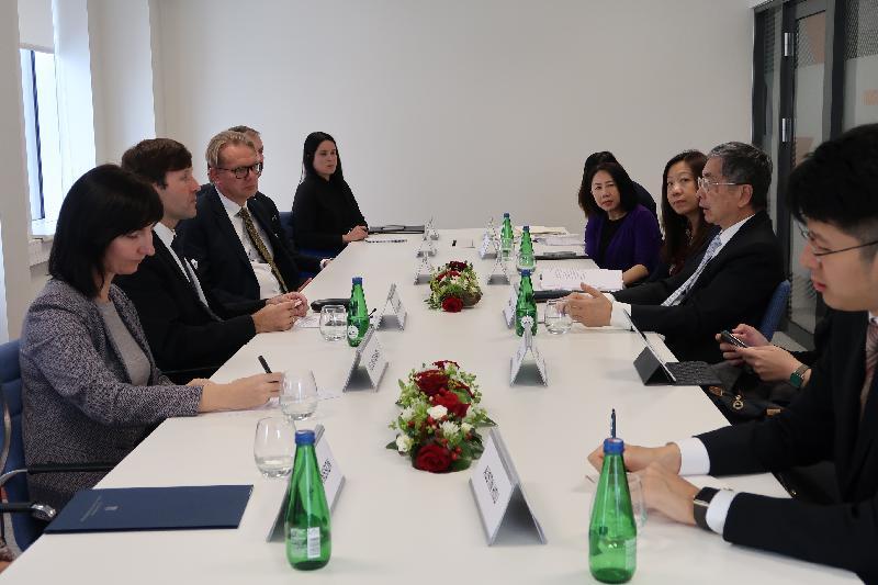 財經事務及庫務局局長劉怡翔(右二)昨日(塔林時間九月二十五日)在愛沙尼亞塔林與愛沙尼亞財政部部長Martin Helme(左二)會面,就金融界如何應對環球經濟下滑和貿易爭議的挑戰交流意見。