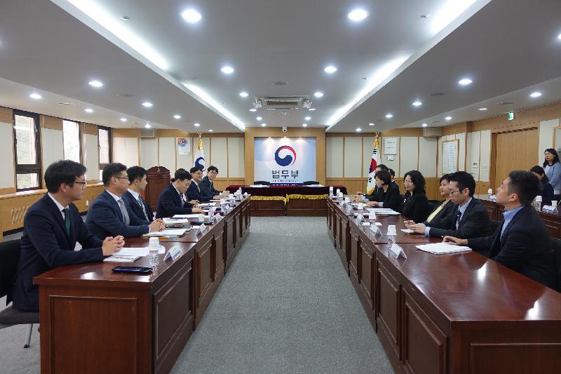 律政司司長鄭若驊資深大律師(右四)今日(九月二十五日)在韓國首爾展開訪問行程。圖示鄭若驊與韓國法務部次官金浯洙(左四)會面。