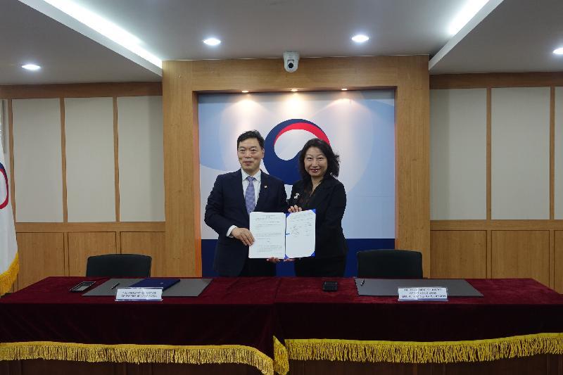 律政司司長鄭若驊資深大律師(右)今日(九月二十五日)在韓國首爾與韓國法務部次官金浯洙(左)簽署合作備忘錄,加強兩地在避免及解決爭議相關事宜上的溝通、交流和合作。圖示二人在簽署儀式後合照。