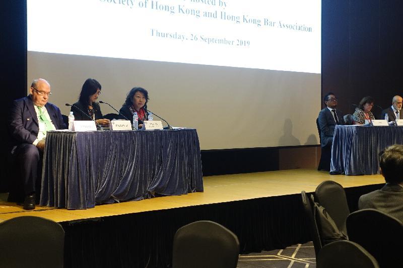 律政司司長鄭若驊資深大律師(左三)今日(九月二十六日)上午在韓國首爾出席國際律師協會年會期間,在香港律師會和香港大律師公會合辦的早餐會上,以「香港在『一國兩制』下作為國際法律樞紐的獨特角色」為題發表演說。