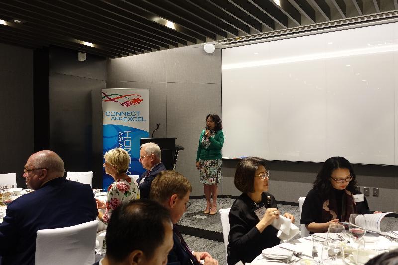 律政司司長鄭若驊資深大律師於九月二十五日晚上在韓國首爾設宴歡迎在當地工作的著名法律界專家及執業者,向他們介紹香港法律方面的最新發展。