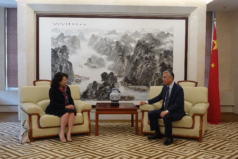 律政司司長鄭若驊資深大律師(左)今日(九月二十六日)下午在韓國首爾與中國駐韓國大使邱國洪(右)會面。