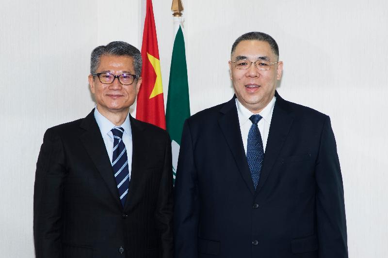 財政司司長陳茂波(左)今日(九月二十六日)訪問澳門,與澳門特別行政區行政長官崔世安會面並合照。