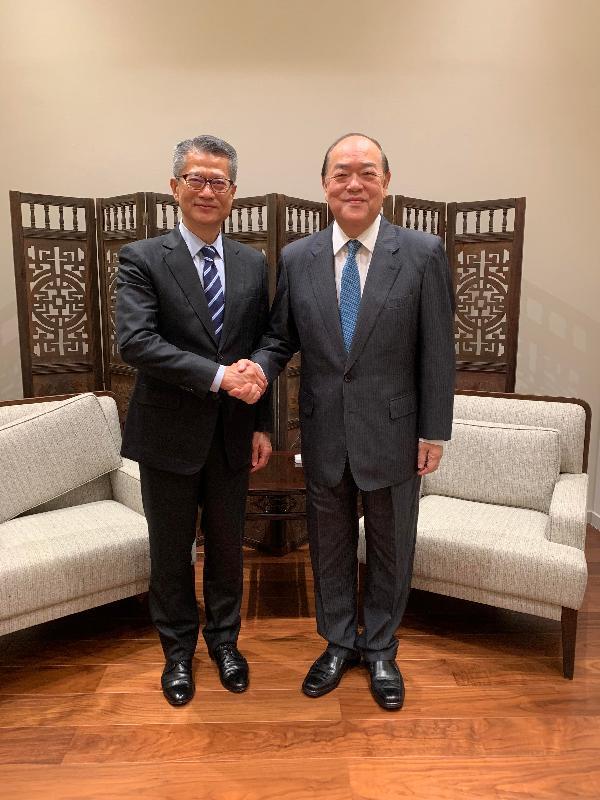 財政司司長陳茂波(左)今日(九月二十六日)訪問澳門,與澳門特別行政區候任行政長官賀一誠會面時握手。